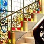 Impresionante escalera con la vitrina original del edificio